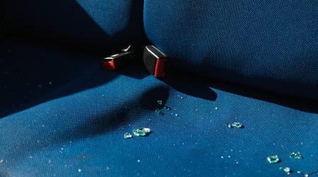 foto achterbank auto met glasscherven bij artikel over inzittendenverzekeringen