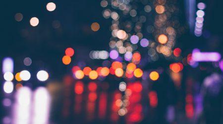 onscherpe foto van verkeer in de nacht ter illustratie bij artikel over shockschade