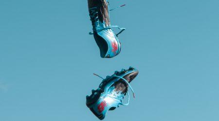 foto van vliegende voetbalschoenen bij artikel over aansprakelijkheid bij sport en spel