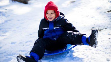 foto kind op slee bij artikel over aansprakelijkheid en kinderen
