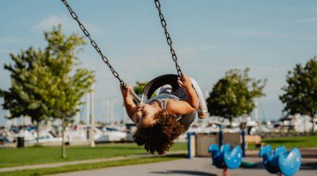 foto van kind op glijbaan bij artikel over aansprakelijkheid van scholen voor letselschade