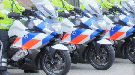 politieagenten op motoren op een rij