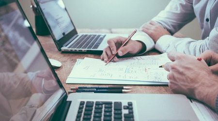 foto mensen achter laptops aan het werk bij artikel over verlies arbeidsvermogen