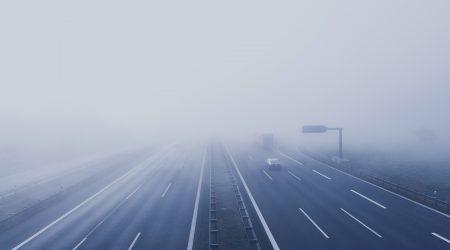 snelweg in de mist bij artikel over aansprakelijkheid wegbeheerder