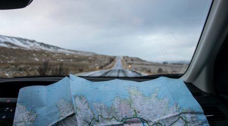 foto van wegenkaart in de auto bij artikel over het Haags verkeersongevallenverdrag