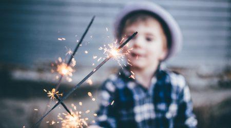 foto van kind met sterretjes vuurwerk bij artikel over groepsaansprakelijkheid en kinderen