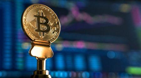foto van een fysieke bitcoin munt bij artikel over schadevergoeding en bitcoin