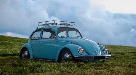 foto van blauwe auto bij artikel over de wet aansprakelijkheidsverzekering motorrijtuigen wam